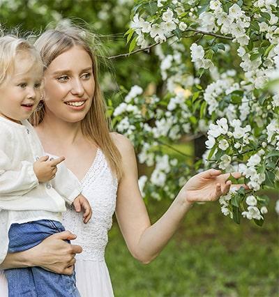 flores blancas mujer niña diseño de jardines marbella
